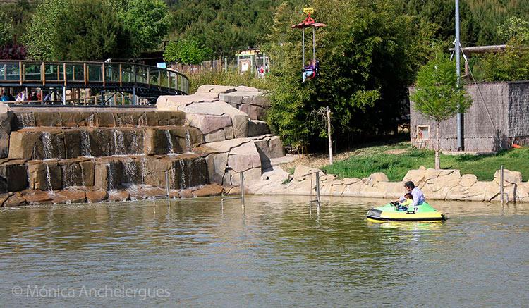 Tirolina para niños y barcas