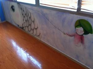 El pez corvado de Agnes Daroca nade entre las paredes de la Unidad de Quemados del Hospital Infantil. Foto Rosa Balaguer