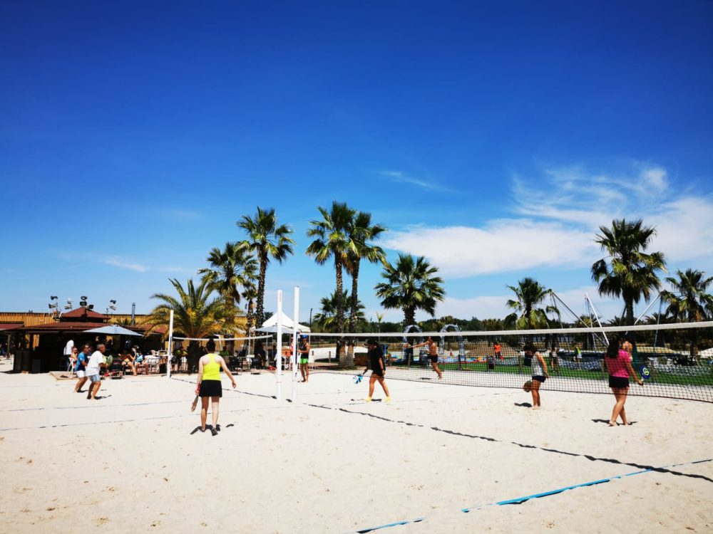 Hay campeonatos de voley y de paddle playa.